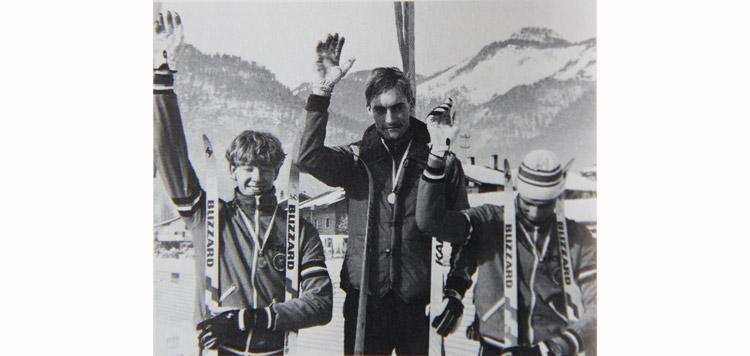 Nederlands kampioen Martin Aalbersberg, geflankeerd door twee jeugdkernploegleden